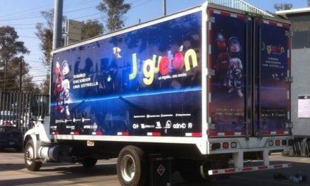 Navistar presta camión para entregar juguetes a niños de México