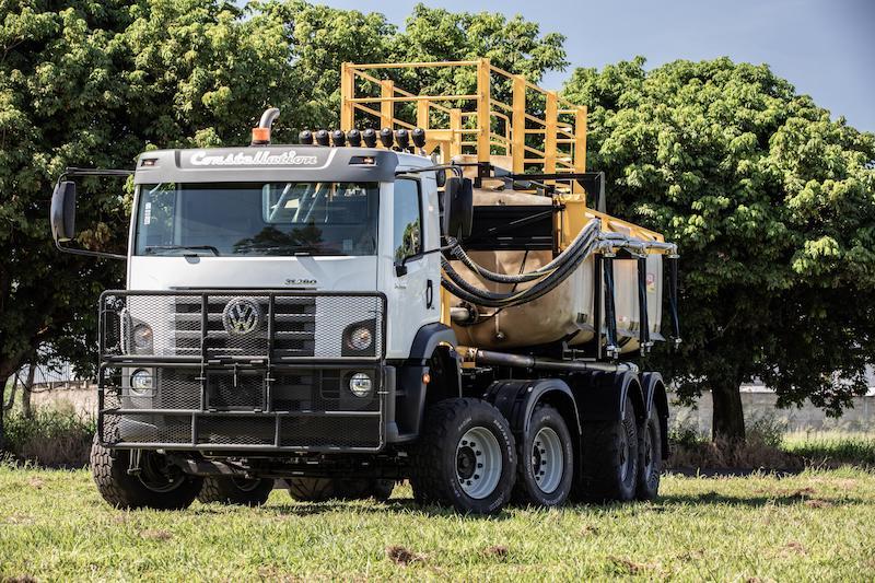 Para tareas agrícolas, el supercamión Constellation 8×4