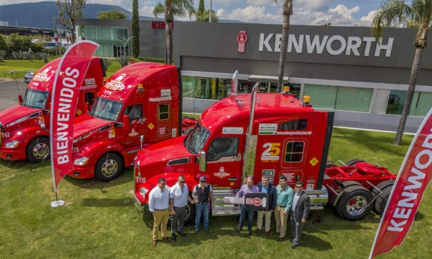 Celebra Auto Express Toscano su 25 aniversario con Kenworth