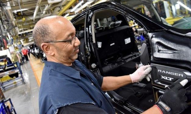 Reduce Ford producción en México, EU y Canadá