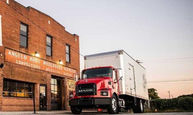 Lanza Mack Trucks camiones de servicio mediano