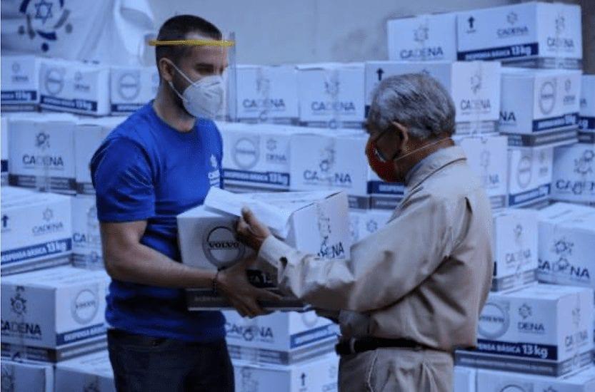 Entrega Volvo Group despensas a personas vulnerables