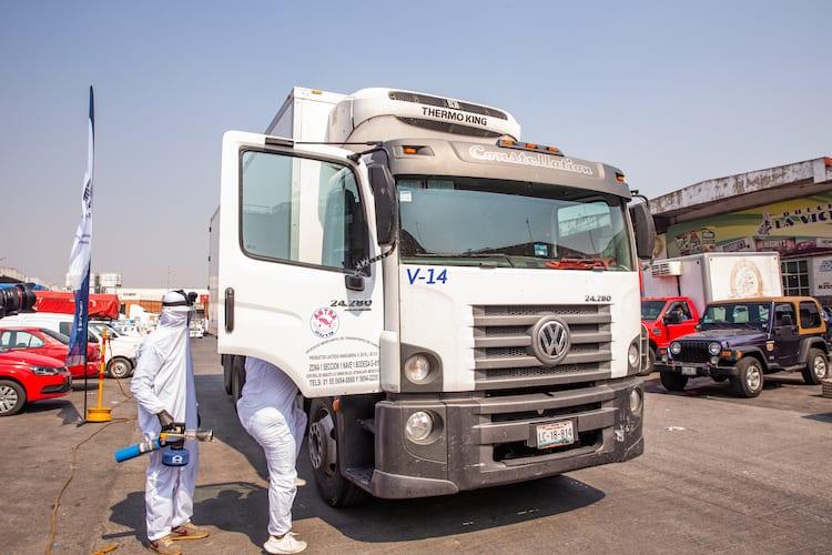 Sanitiza VWVC vehículos en Central de Abasto