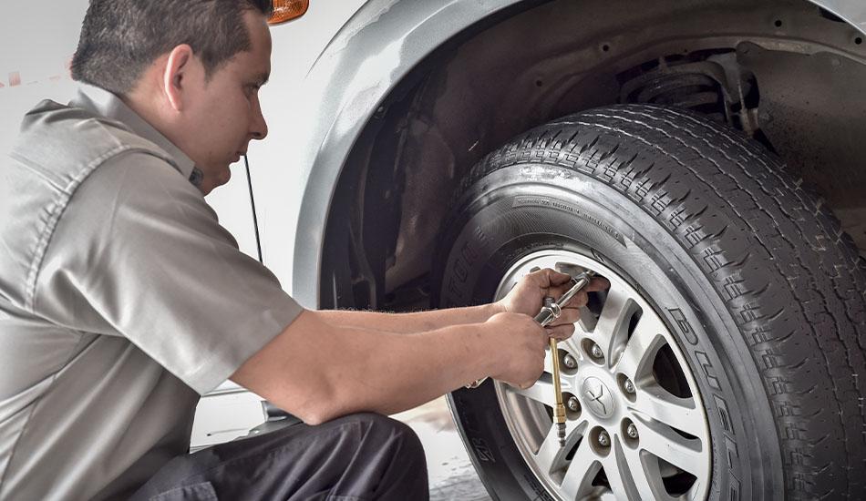 Cambia una llanta en siete pasos con la ayuda de Bridgestone