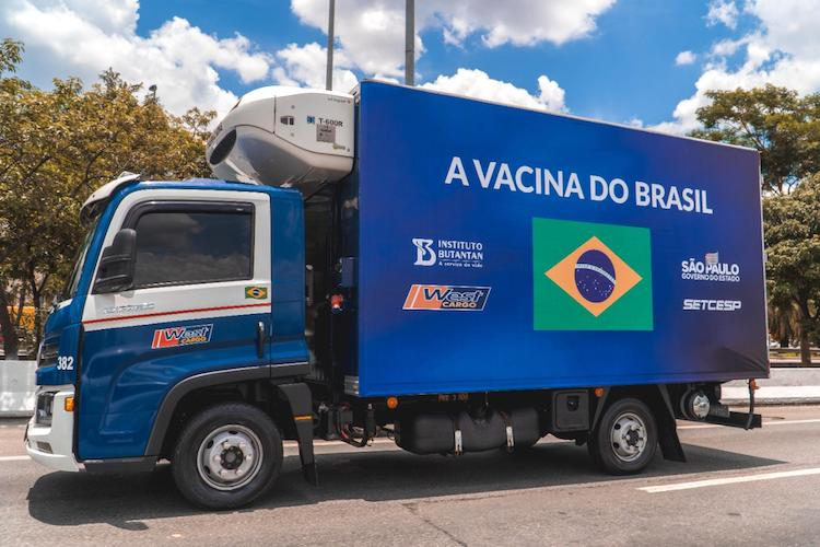 Camiones VW Delivery distribuyen vacuna en Brasil