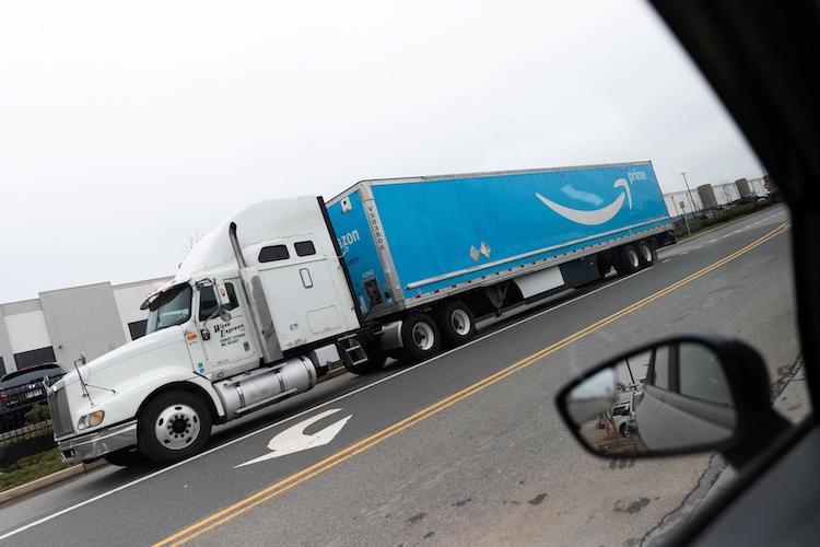 Amazon sumará 700 camiones a gas a su flota