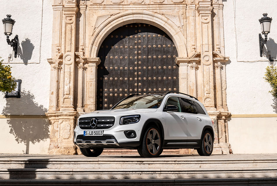 Daimler dona tres SUV a universidades