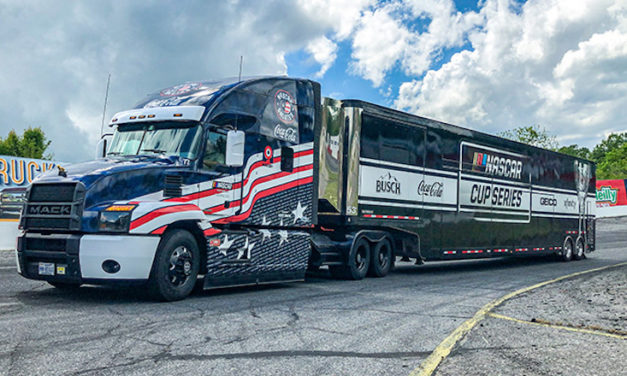 Mack y NASCAR rinden homenaje a sus héroes