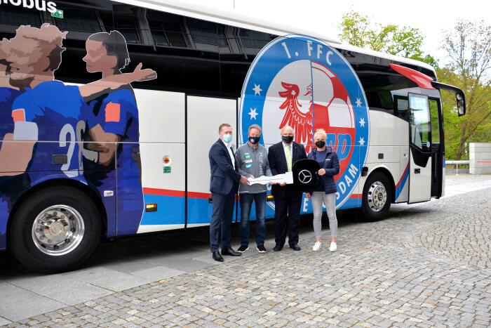 Mercedes-Benz-Autobuses-Equipo-Femenil-Alemania.jpg