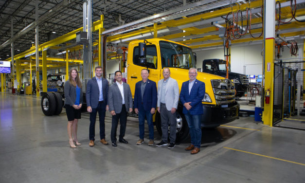 Primer camión Hino con motor Cummins para Penske